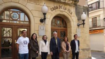 Alguns dels candidats davant la porta de l'Ajuntament. D'esquerra a dreta, Rubén Suan, Mari Luz Ramírez, Eva Serramià, Martí Carnicer, Elisabet Rodríguez i Oscar Blasco. M.R
