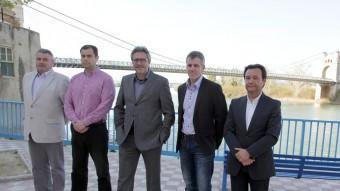 Miró, Tomàs, Ferré, Císcar i Martínez, d'esquerra a dreta, reunits per El Punt Avui amb el riu Ebre al darrera i el pont penjant al fons. JUDIT FERNÀNDEZ