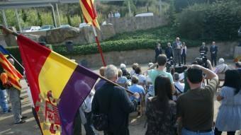 La bandera republicana espanyola  en un acte d'homenatge als afusellats.  QUIM PUIG