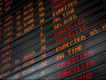 Panells electrònics informen dels retards i cancel·lacions de vols, ahir a l'Aeroport Charles de Gaulle de París EFE