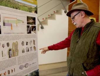 Eudald Carbonell, director de l'IPHES, mostra un dels plafons que integren l'exposició sobre la recerca arqueològica al Camp de Tarragona JUDIT FERNÀNDEZ