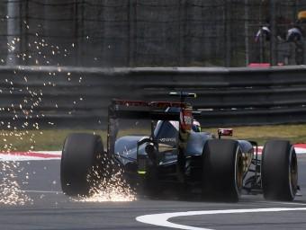 El Lotus de Maldonado treu guspires durant els entrenaments, ahir GREG BAKER / AFP