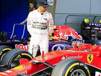 Hamilton observa el Ferrari de Räikkönen després de fer la posició preferent, ahir REUTERS