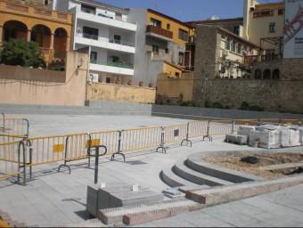 La plaça Esteva i Cruañas, la setmana passada. La reforma del darrer gran espai pendent d'arranjar al nucli antic és la inversió més destacada del final de mandat, però ha generat molèsties als comerços resoltes amb un pacte per la càrrega i descàrrega E.A
