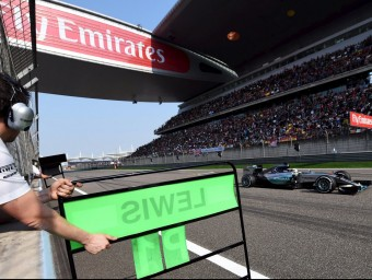 Un tècnic de Mercedes indica a Hamilton que és el líder de la cursa REUTERS