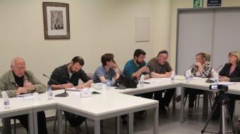 Llensa –a l'esquerra, al costat del secretari–, amb Soler, Oriol, Figueras i les regidores socialistes, durant el ple extraordinari de dimarts, en què l'oposició va tombar el pla d'inversions que l'alcalde plantejava per aquest 2015 E.A
