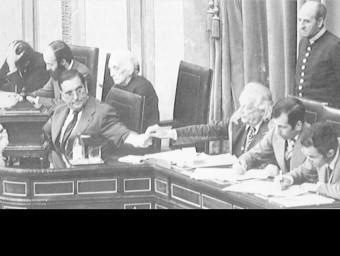Any 1977. Josep Pau amb Rafael Alberti i Dolors Uribarri, la Pasionaria a la taula d'edat del Congrès dels Diputats ARXIU
