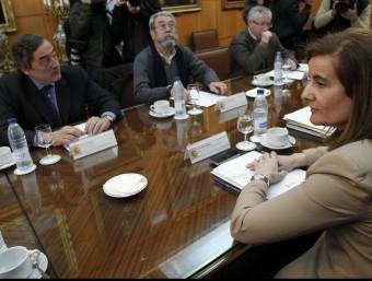 Els líders de la CEOE, UGT i CCOO, reunits amb la ministra Fátima Báñez, en una imatge d'arxiu