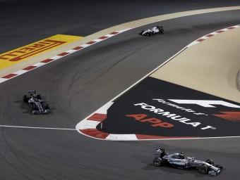 Hamilton, al davant de Rosberg i Massa en la cursa de l'any passat a Bahrain EFE