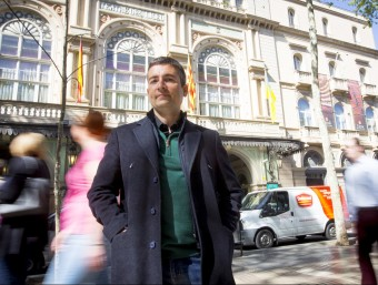 David Izquierdo, in front of the Liceu opera house, one of the book's protagonists.  ALBERT SALAMÉ