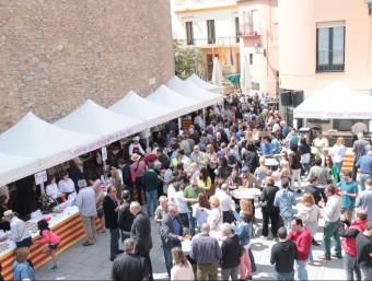 La plaça de la Vila, dissabte al migdia, en l'arrencada de la campanya del Peix de Roca E.A