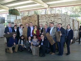 Els alcaldes polonesos i representants de la FOEG a l'empresa Francisco Oller. EL PUNT AVUI