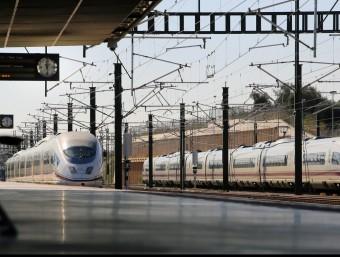 Un tren d'alta velocitat arribant a l'estació de Figueres-Vilafant MANEL LLADÓ