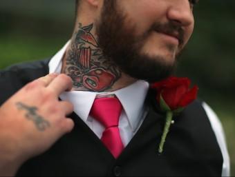 Participant en una cerimònia de Sant Valentí a Florida que s'ha fet un tatuatge per tapa el que li recordava a una antiga nòvia.  JOE RAEDLE/APF
