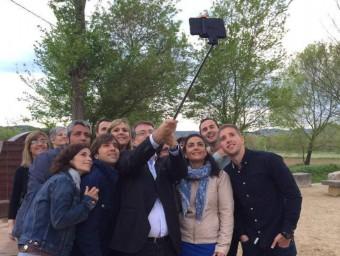 La candidatura d'Independents-PSC de la Bisbal, fent-se una selfie. EL PUNT AVUI