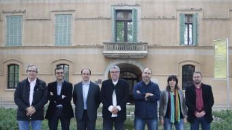 L'alcalde Antonio Balmón (PSC), al centre de la imatge. La resta de candidats, d'esquerra a dreta: Jorge Garcia (Ciutadans), Jordi Rosell (CiU), Daniel Serrano (PP), Arnau Funes (IC-V), Raquel Albiol (ERC) i Vidal Aragonés (Cornellà en Comú) ORIOL DURAN