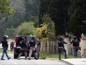 Agents de les unitats especials van encerclar el mas, fins que l'acusat va desistir J. CASTRO / ICONNA