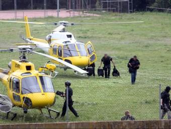 Dos helicòpters van aterrat al camp de futbol i en van baixar els GEI. JOAN CASTRO /ICONNA