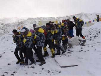 Un equip de rescat port un ferit a l'helicòpter en el camp base de l'Everest AFP