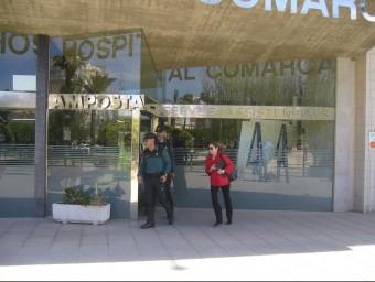 Agents de la Guàrdia Civil sortint de l'hospital d'Amposta. L.M