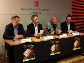 D'esquerra a dreta el president del Consell Comarcal de la Cerdanya, Ramon Moliner, l'organitzador del certamen, Grégory Escolar, i els presidents de les comunes Pirineus-Cerdanya i Capcir-Alt Conflent, Georges Armengol i Jean-Louis Demelin, durant la presentació del festival a la Casa de la Generalitat de Perpinyà.