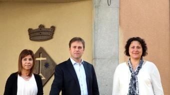 D'esquerra a dreta, Guillem, Argelés i Mundet, dijous passat al davant de l'ajuntament de Vilobí d'Onyar JOAN CASTRO / ICONNA