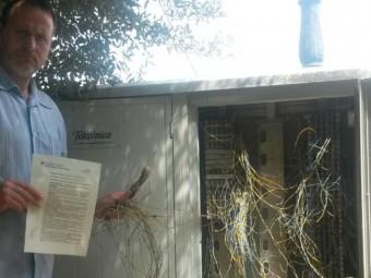L'alcalde de Torrent, Josep Maria Ros, ahir, davant la caixa de cables sabotejada amb la denúncia presentada EL PUNT AVUI