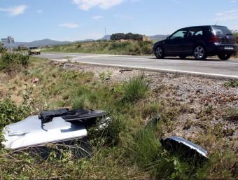Les restes de l'altre accident de trànsit mortal que va tenir lloc ahir a Bràfimm, a l'Alt Camp ROGER SEGURA / ACN