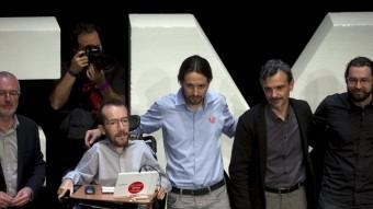 Pablo Iglesias va presentar ahir el programa electoral envoltat d'economistes i els caps visibles dels territoris REUTERS