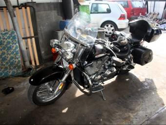 La moto en que viatjava la dona que va morir en l'accident a Caldes. ACN