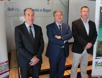 López Casasnovas, ahir, flanquejat pel president de la Cambra de Palamós, Xavier Ribera, i l'alcalde de Begur, Joan Català E.A