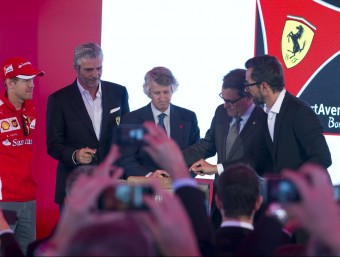 Arturo Mas-Sardà, president de Port Aventura, i Artur Mas col·loquen la pedra i Vettel s'ho mira.  JC LEÓN