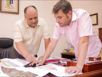 L'alcalde i el tècnic municipal revisen el projecte aprovat. EL PUNT AVUI