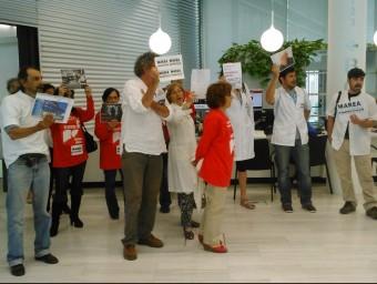 Un moment de l'acte de protesta a les oficines de la Generalitat. N.A