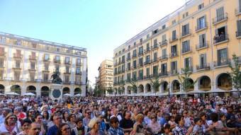La plaça Independència, plena a vessar, amb les actuacions del festival A Capella. QUIM PUIG