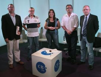 Els candidats, Català (CiU), Pilsà (PSC), Renart (Bloc) i Loureiro (Junts), amb la moderadora, Núria Cucharero E.A