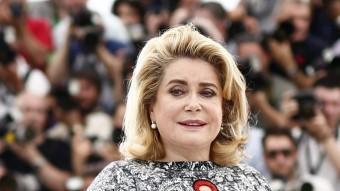 Catherine Deneuve va ser al centre dels focus mediàtics en la jornada inaugural del Festival de Canes IAN LANGSDON/EFE