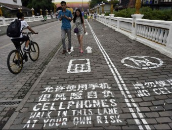 Carril per a usuaris de mòbil a la localitat de Chongqing, a la Xina.  ARXIU/REUTERS