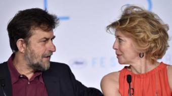 Nanni Moretti parla amb l'actriu Margherita Buy a la roda de premsa de 'Mia madre', ahir a Canes BERTRAND LANGLOIS/AFP