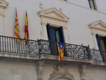 La façana de la seu del Consell Comarcal de l'Alt Empordà , on es manté l'estelada al balcó. El PP ha demanat que la retirin. ESTEVE CARRERA
