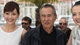 El director Hou Hsiao-Hsien, ahir a Canes entre les actrius del seu film 'The assassin', Hsieh Hsin-Ying (esquerra) i Sheu Fang-Yi LOIC VENANCE/AFP