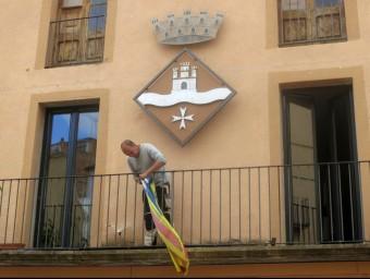 L'alcalde de Miravet, Toni Borrell, retira aquest dimecres l'estelada del balcó de l'Ajuntament ACN
