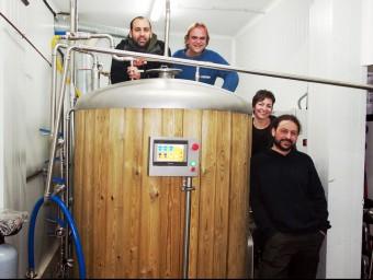 Els socis de la cerveseria Cornelia, a les instal·lacions de la cooperativa ARXIU