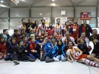 Els jugadors del primer equip del Girona celebren l'ascens a primera estatals amb jugadors del planter GIRONA HC