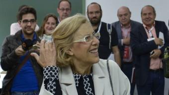 Manuela Carmena, candidata d'Ahora Madrid a l'alcaldia, en el moment de dipositar el seu vot. PEDRO ARMESTRE / AFP
