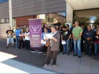 Un moment de l'acte que Unitat contra el Feixisme i el Racisme va fer ahir als jutjats d'Olot amb altres entitats. J.C