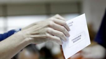 Una persona vota diumenge a les eleccions municipals JOSÉ CUÉLLAR