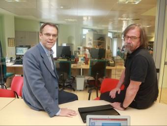 Els professors Oriol Amat i Daniel Raventós, a la redacció de L'Econòmic, on va tenir lloc el debat.  ANDREU PUIG