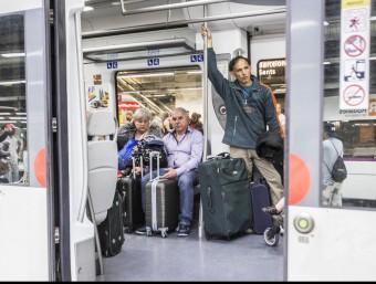 Usuaris de rodalies cap a l'aeroport del Prat atrapats al col·lapse del dia 21 passat.  ARXIU/JOSEP LOSADA