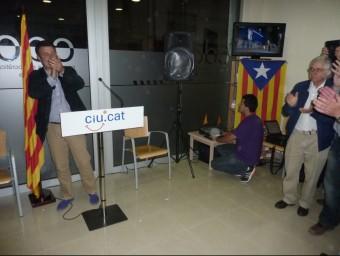 Miquel Noguer adreçant-se als simpatitzants de CiU de Banyoles, la nit electoral. R. E.
